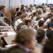 Studierende an der Universität St.Gallen (HSG) in St.Gallen. (Bild: KEYSTONE/Gaetan Bally)