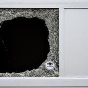 Max Eichenberger hat den Blick für Details: Bild einer zerbrochenen Scheibe, auf der eine Werbung der Sicherheitsfirma Securitas klebt. (Bild: Max Eichenberger)