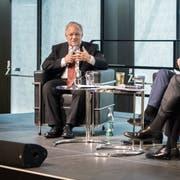 Bundesrat Johann Schneider-Ammann und Winfried Kretschmann, Ministerpräsident von Baden-Württemberg, im Gespräch am Wirtschaftskonzil im Bodenseeforum in Konstanz. Moderator ist «Südkurier»-Chefredaktor Stefan Lutz. (Bild: Reto Martin)