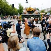 Moderator Nik Hartmann (links) wollte von OK-Präsident Heinz Tännler (mitte) wissen, ob er das erste Mal ein Bierfass ansticht. (Bild: Stefan Kaiser, Zug, 23. August 2019)