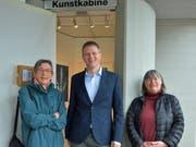 Initiantin Elsbeth Harling, Gemeinderat Valentin Hasler und Künstlerin Helen Lang bei der Kunstkabine. (Bild: Mario Testa)