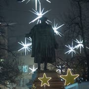 Das Vadian-Denkmal inmitten der Weihnachtsbeleuchtung. (Bild: Ralph Ribi)