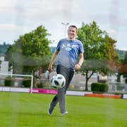 Dani Kern spielt in seiner Freizeit selbst gerne Fussball. (Bild: Donato Caspari)