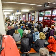 Beim Informationsanlass im Feuerwehrdepot Steckborn zur temporären Asylunterkunft in Steckborn nahmen Dutzende Besucher teil. (Bild: Donato Caspari, 18. August 2016)