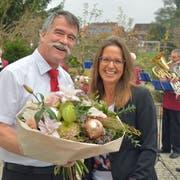 Gemeindepräsident Jürg Schumacher gratuliert seiner Nachfolgerin Susanne Vaccari-Ruch. (Bilder: Mario Testa)