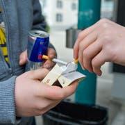 Jugendliche in Weinfelden TG, wo der Verkauf von Zigaretten heute ab 16 Jahren erlaubt ist. (Bild: Donato Caspari, 7. Februar 2018)
