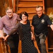 Brigitte Kaufmann, Präsidentin des Rotary Clubs Oberthurgau, wird flankiert von den beiden Mitgliedern der Kulturkommission, Karl Svec und André Manz, welcher der Kommission vorsteht. Im Schloss Hagenwil verkündeten sie die diesjährigen Kulturpreis-Gewinner. (Bild: Donato Caspari)
