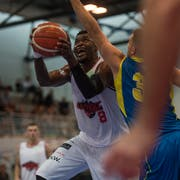 Harding Ngueyep Nana von Swiss Central Basket (links) gegen einen Spieler von Starwings Regio Basel. (Bild: Dominik Wunderli, Luzern, 28. September 2019)