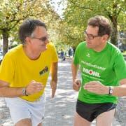 Zwei passionierte Laufsportler werfen sich in Pose: Archäologe Urs Leuzinger und Regierungsrat Jakob Stark auf der Promenade. (Bild: Donato Caspari)