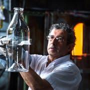 Manuel Cataláo bei seiner Arbeit in der Glasi. (Bild: Dominik Wunderli, Hergiswil, 11. Juli 2019)