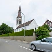 Die Friedhofmauer bei der Evangelischen Kirche an der nördlichen Seite der Hauptstrasse bleibt unverändert bestehen. (Bild: Donato Caspari)