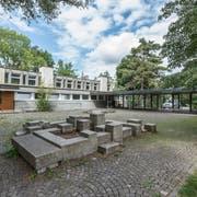 Die Stadt will das Schulhaus Kreuzbühl in Winkeln abbrechen und einen Neubau erstellen. Das wird auch die Platznot lindern. Doch bis das neue Schulhaus steht dauert es mindestens noch sechs Jahre. (Bild: Hanspeter Schiess)