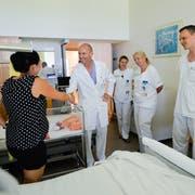Markus Kuther, der Chefarzt der Münsterlinger Frauenklinik, auf Visite in der Wochenbettabteilung. (Bild: Donato Caspari)