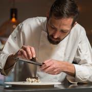 Koch Moritz Stiefel bereitet im Restaurant Hopfenkranz Blumenkohl mit Trüffel zu. (Bild: Dominik Wunderli, Luzern, 20. Februar 2019)