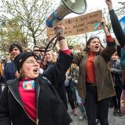 An der Klimademo in der Stadt Luzern nahmen gemäss Angaben der Polizei rund 2000 Personen teil. (Bild: Dominik Wunderli, Luzern, 6. April 2019)