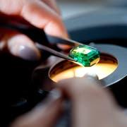 Ziel der digitalen Datenkette ist es, Transparenz in die Lieferkette von Farbedelsteinen zu bringen. Im Bild wird ein Smaragd im Gemmologischen Labor von Gübelin auf Echtheit und Herkunft geprüft. (Bild: Dominik Wunderli (24. Januar 2013)