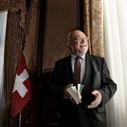 Da war er höchster Schweizer: Ruedi Lustenberger als Nationalratspräsident mit der Bundesverfassung im Präsidentenzimmer der Wandelhalle im Bundeshaus Bern. (Bild: Nadia Schärli, 19. November 2014)