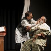 Figaro Luigi (Benedikt Troxler) rasiert Horace Vandergelder (Dani Theus) für die Brautschau. ((Bild: Dominik Wunderli (Hochdorf, 26. Oktober 2018))
