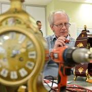 Ein Helfer aus dem Repair-Team flickt Uhren, deren Zeit noch nicht abgelaufen sein darf. (Bild: Donato Caspari)
