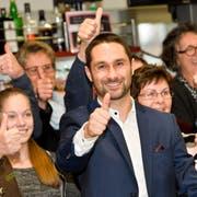 Gabriel Macedo feiert sein überraschend gutes Wahlresultat. (Bild: Donato Caspari)