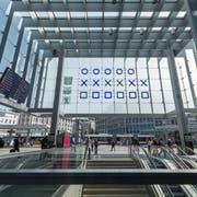 Sie ist ein Zeiträtsel und ein technisches Rätsel: die binäre Uhr am St.Galler Hauptbahnhof. (Bild: Hanspeter Schiess)