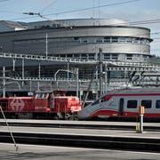 Das Luzerner Bahnhofsgebäude mit der Sporthalle BBZ. Bild: Pius Amrein (23. März 2017)