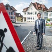 Gemeindepräsident Aurelio Zaccari an der Dorfstrasse: Die Entwicklung der Gemeinde Waldkirch wird sich vorwiegend innerhalb des Siedlungsgebiets abspielen. (Bild: Michel Canonica, 5. April 2017)