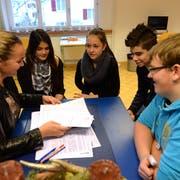 Franziska Stöckli arbeitet mit ihren Schützlingen in der Frauenfelder Time-out-Klasse. (Bild: Nana do Carmo, 12 Dezember 2013)
