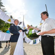 Tobias Arni übergibt die rund 500 Unterschriften dem Märstetter Gemeindepräsidenten Jürg Schumacher. (Bild: Donato Caspari)