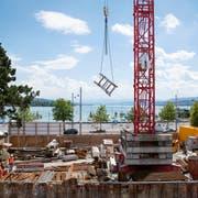 Auf Schweizer Baustellen sind viele ausländische Firmen tätig. Umstritten ist, wie die Behörden kontrollieren können, ob diese die hiesigen Vorschriften über Löhne und Arbeitszeiten einhalten. (Bild: Keystone/Melanie Duchene)