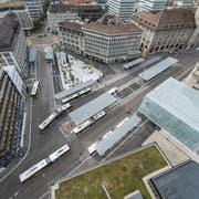 Der neue Bahnhofplatz vom Rathausdach gesehen: Hier beginnen und enden derzeit die meisten Bus-, Regiobus- und Postautolinien in der Stadt St.Gallen. (Bild: Hanspeter Schiess - 29. August 2018)
