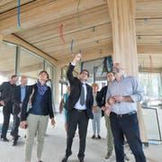 Regierungsrätin Monika Knill und Regierungsrat Jakob Stark lassen sich von Architekt Lukas Imhof über den Stand der Baustelle auf dem Ekkharthof informieren. Hier stehen sie im neuen Gastronomiegebäude. (Bild: Donato Caspari)
