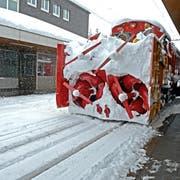 Ein Schneeräumungsfahrzeug im Einsatz. (Bild: Nadia Schärli (Andermatt, 20. April 2013)