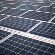 Mit Solardächern wird die Strahlung der Sonne in nutzbare Energie statt nur in Wärme umgewandelt. (Bild: Benjamin Manser)