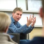 Radio- und TV-Moderator Reto Scherrer spricht im Eventraum eiszueis gestenreich über sein Leben. (Bild: Mario Testa)