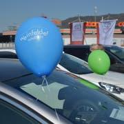 Mit bunten Ballonen werben die Garagisten für das Autofäscht. (Bild: Mario Testa)