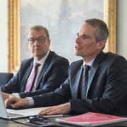 Finanzdirektor Alfred Bossard (links) und Finanzverwalter Marco Hofmann präsentieren die Staatsrechnung. (Bild: Dominik Wunderli, Stans, 20. März 2019)