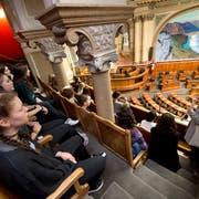 Eine Schulklasse auf Besuch im Bundeshaus. (Bild: Eveline Beerkirche, 3. September 2015)