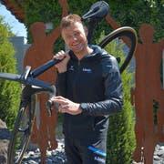 Daniel Markwalder mit seinem neusten Velo vor den Stahl-Stehlen, die er zu seinem «Wetten, dass...?»-Erfolg bekam. (Bild: Mario Testa)