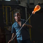 Glasmacher Manuel Cataláo bei der Arbeit an einer Glasflasche, mit der später Köder fürs Fischen gefangen werden. (Bild: Dominik Wunderli, Hergiswil, 11. Juli 2019)