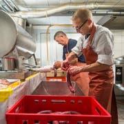 Alex Brülisauer (vorne) und Leo Müggler bereiten die Blutwürste vor. (Bilder: Hanspeter Schiess)