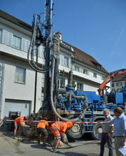Die Geotherm-Mitarbeiter richten den Bohrer ein. (Bild: Mario Testa)