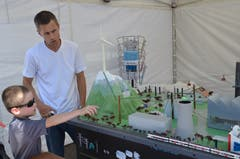 Patrick Habermacher von der Hochschule Luzern erklärt einem kleinen Besucher ein Modell mit verschiedenen Formen der Energieproduktion.