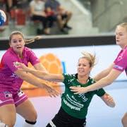 Kerstin Kündig (Mitte) war im Hinspiel mit acht Treffern beste Brühler Torschützin. (Bild: Urs Bucher)