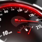 Zu schnell über den Ricken. Ein Autofahrer wurde mit 163 km/h gemessen. (Symbolbild: Olivier Le Moal)