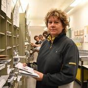 Zustellerin und Teamleiterin Esthi Guthöhrlein sortiert Briefe. (Bild: Yvonne Aldrovandi-Schläpfer)