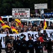 Demonstranten marschieren am Freitagabend durch Chemnitz. Zum Protestmarsch aufgerufen hatte die rechtspopulistische Initiative «Pro Chemnitz». (Bild: EPA/Franz Fischer (Chemnitz, 7. September 2018)