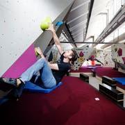 Mit dem Freiruum wird auch eine der grössten Boulderhallen in der Schweiz eröffnet. Kristjan Solar klettert sich in der schon mal warm. (Bild: Stefan Kaiser, Zug, 8. August 2019)