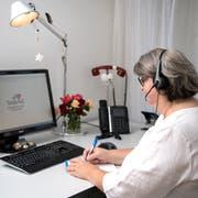 In ihrem Luzerner Büro erreichen die «Dargebotene Hand» jährlich rund 14'000 Anrufe. Im Bild: Ines Frey, Verantwortliche Aus- und Weiterbildung. (Bild: Pius Amrein, Luzern, 21. August 2018)