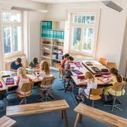 Im Spätsommer konnten die Kinder noch problemlos ohne Pullover im Schulzimmer in der Villa Krämerstein sitzen. Das ist diese Woche anders gewesen. (Bild: Roger Grütter, Horw, 20. August 2018)